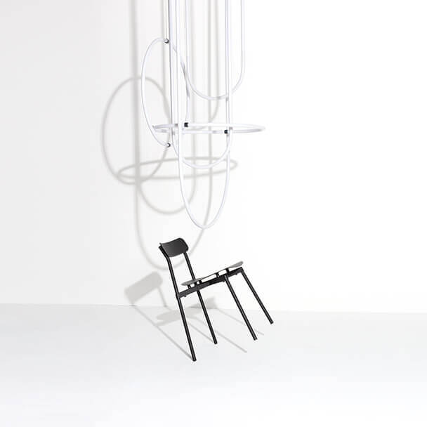 Chandelier Unseen StudioPepe et chaise Fromme Tom Chung